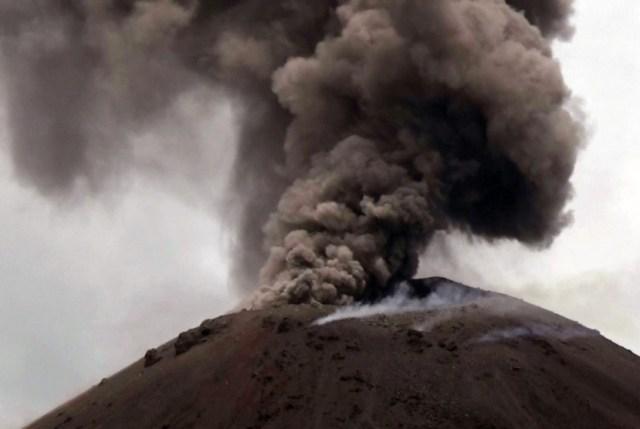 Asap hitam menyembur saat terjadi letusan Gunung Anak Krakatau (GAK) di Selat Sunda, Banten, Senin (10/12/2018).