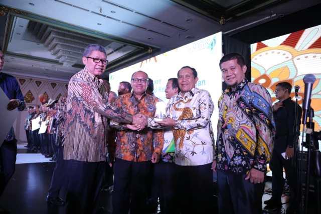 Bupati Rohul menerima Penghargaan berupa tropi dan sertifikat dari Kepala BPJS Ketenagakerjaan Pusat