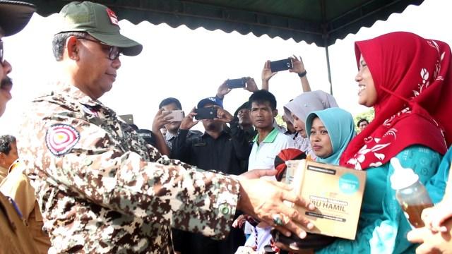 Bupati Suyatno saat menyerahkan bantuan