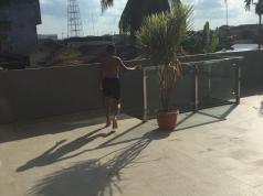 Salah seorang anak pengunjung Comforta Hotel Dumai diduga sedang berlari menuju kolam renang.