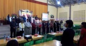 Pendeta Manasye Lubis, MTh (kiri) bersama para Pendeta gereja-gereja usai menyalakan lilin