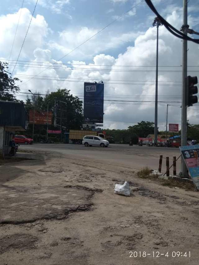 Salahsatu poster iklan rokok di jalan Simpang Pokok Jengkol dekat SMAN 2 Mandau, SDN, SMPN 4 Mandau