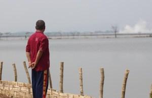 Salah seorang warga melihat lokasi yang telah tenggelam oleh Lumpur