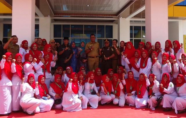 Bupati Rohil H.Suyatno didampingi istri , ketua DPRD Nasrudin Hasan, kadis kesehatan ,kejari Rohil poto bersama dengan dokter dan perawat di puskesmas Bagansiapiapi.