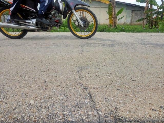 Penampakan retak di Jalan Nelayan Darat Kelurahan Pangkalan Sesai Kecamatan Dumai Barat