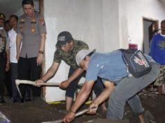 Kapolres Jember AKBP Alfian Nurrizal saat memantau pembongkaran lantai mushalla untuk autopsi jasad korban pembunuhan yang dicor. Foto: ANTARA