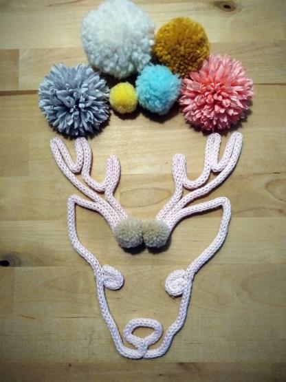 Cerf renne en tricotin avec pompons