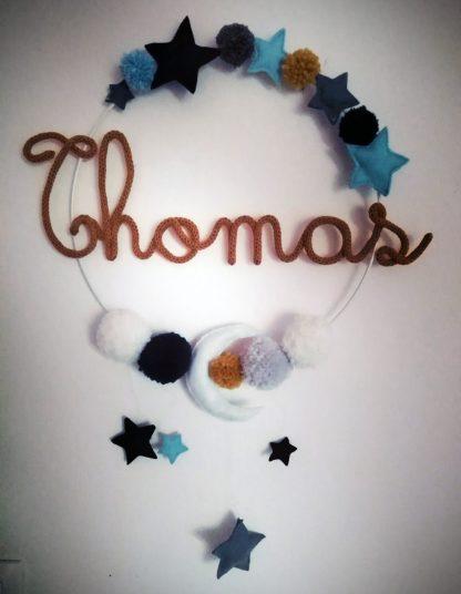 Thomas en tricotin sur une couronne avec des décorations en feutrine