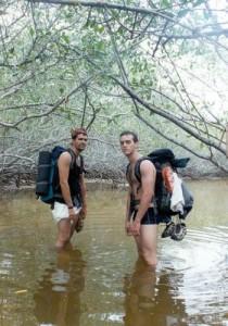 Douglas e Filipi no mangue - foto de Tainá Del