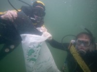 Mergulhadores retiraram cerca de 40 quilos de resíduos do mar da Urca (Foto: Alvinho Duarte / Agência Estado)