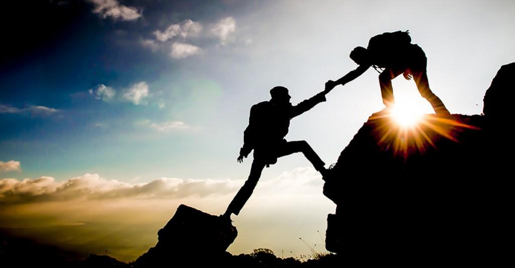 Imagem de homem ajudando outro sem conflito de interesses como fazemos