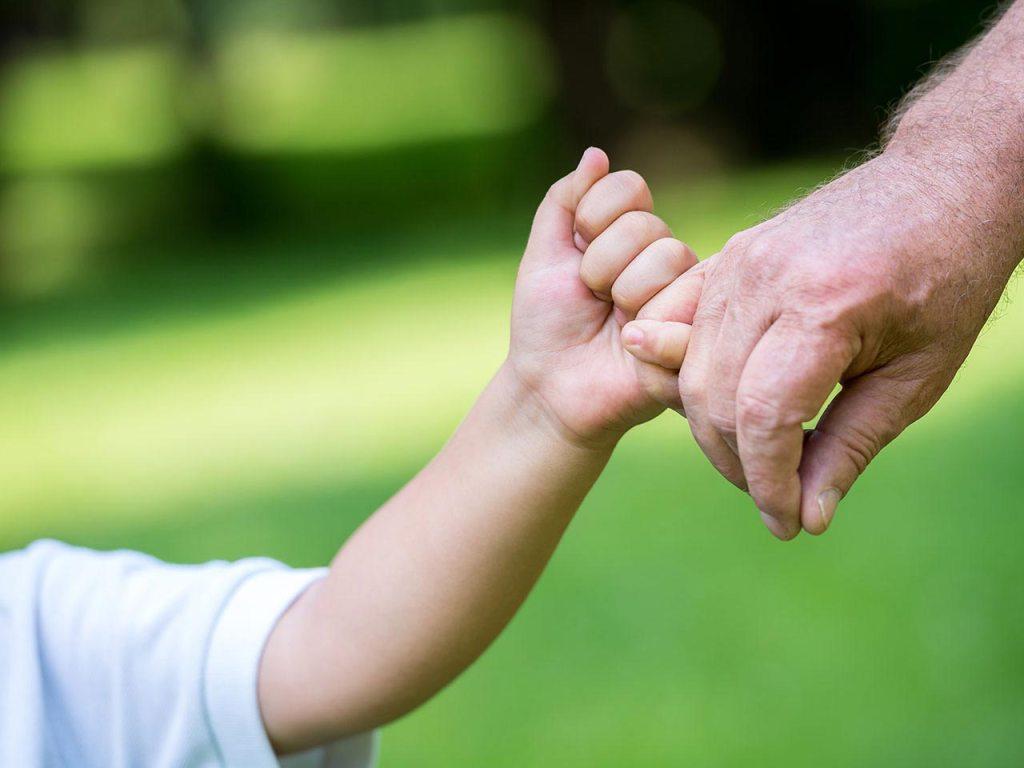 Imagem de duas pessoas de mãos dadas investidor iniciante