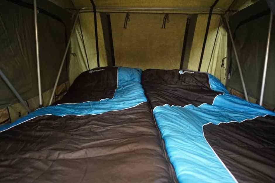 L'intérieur de la tente de toit