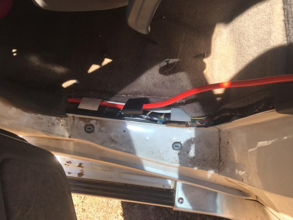 Passage de câble de la porte arrière gauche