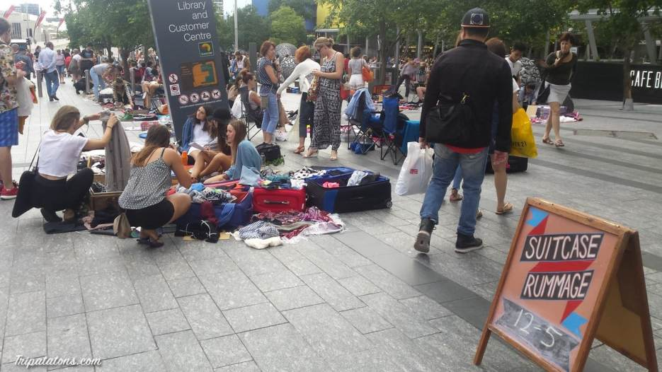 chacun déballe ses vêtements à vendre au centre ville