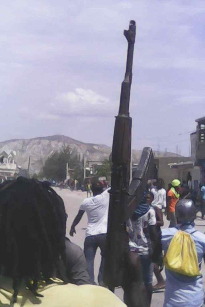 Des armes à feu exhibées en pleine manifestation aux Gonaïves
