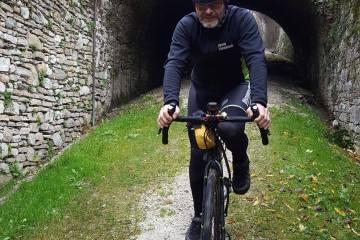 uomo in bicicletta gravel su strada bianca sterrata in veneto