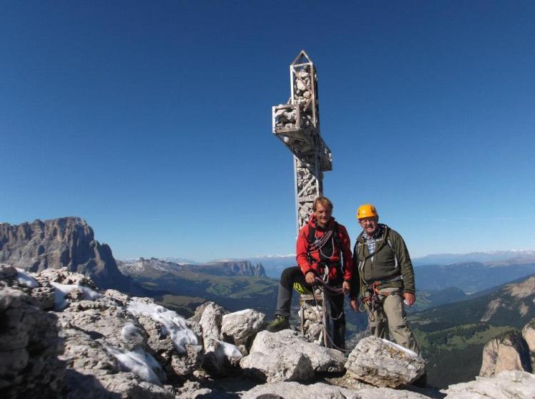 croce e due uomini in montagna alpinisiti