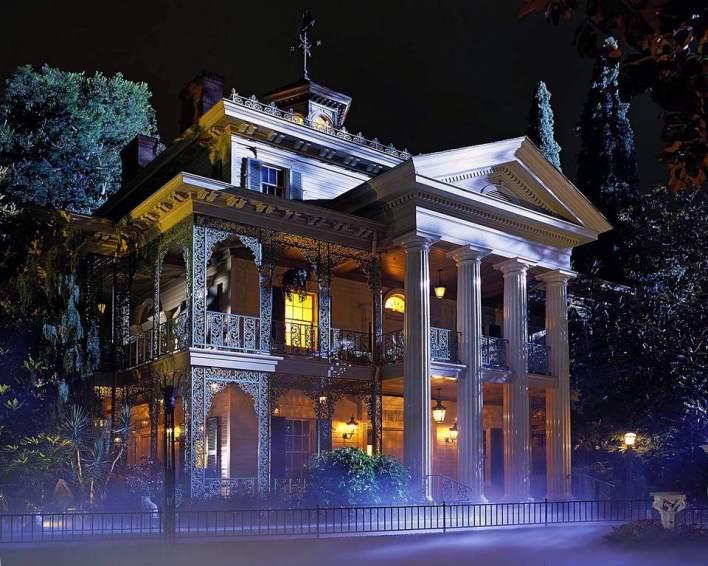 https://i2.wp.com/www.tripsavvy.com/thmb/49azMQZj1I2eSoBtKAjsANF7SQs=/960x0/filters:no_upscale():max_bytes(150000):strip_icc()/Haunted-Mansion-Disneyland-56df57be5f9b5854a9f6ba50.jpg?resize=708%2C566&ssl=1