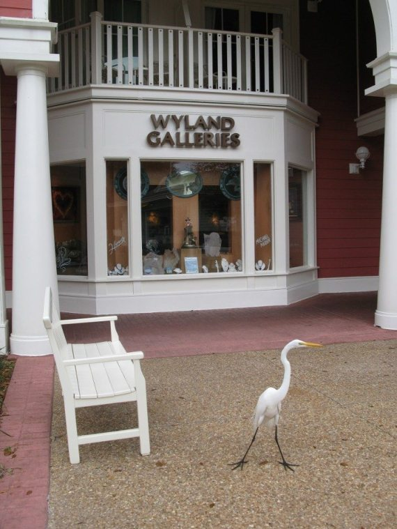 A fancy egret posing in front of the super expensive art gallery