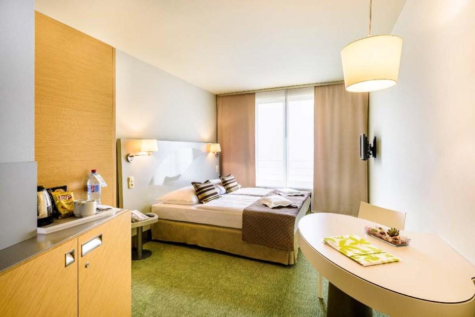 Yasmin hotellin huoneet ovat siistit ja hyvin varustellut mutta hivenen ilmeettömät.