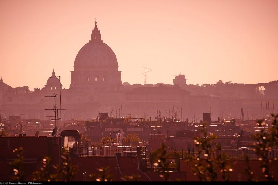 Pietarinkirkko aamusarastuksessa © Moyan Brenn Flickr.com CC