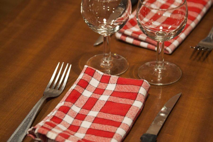 Pariisilaisravintolan peruskattaus: ruutuliinat ja puupöytä. © tripsteri.fi / Anuliina Savolainen