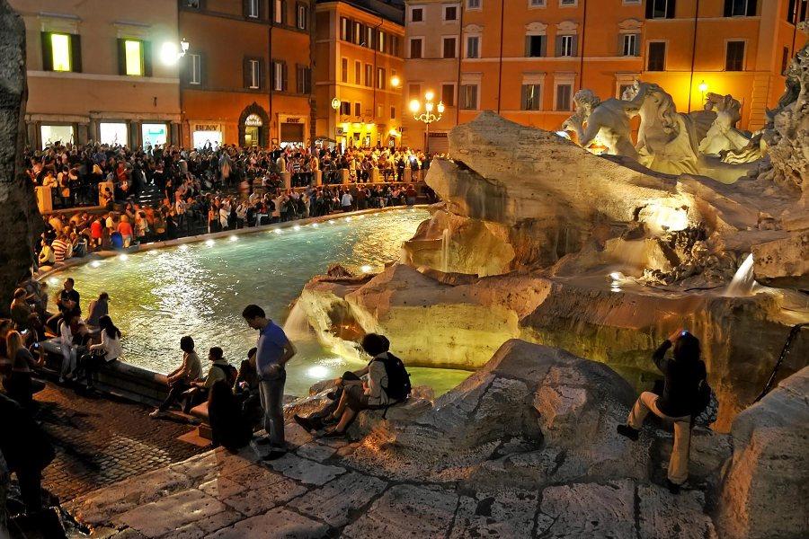 Turistit pakkautuneena Fontana di Trevin äärelle © Dennis Jarvis Flickr.com CC
