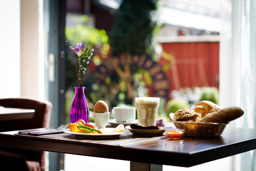 Stadthallessa aamiaisen voi kesällä nauttia sisäpihalla. Kuva: Barbara Saas / Boutiquehotel Stadthalle