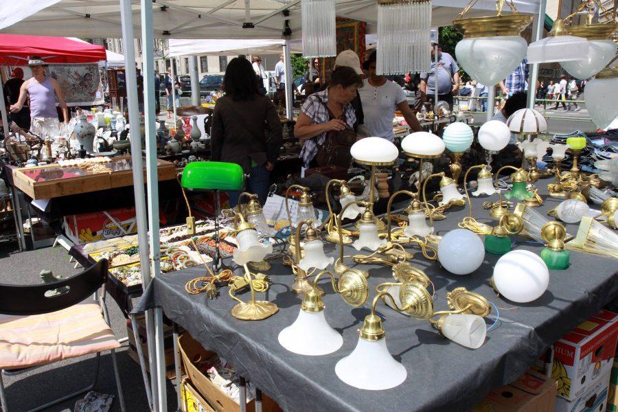 Naschmarktin ulkoilmakirpputorilla voi tehdä hyviä löytöjä. Muista tinkiä hinnoista! Kuva: Elina Raittila