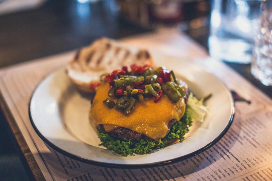 Døgnvill-ravintolan tulinen Sterke Nils -burgeri. © Joakim Mangen