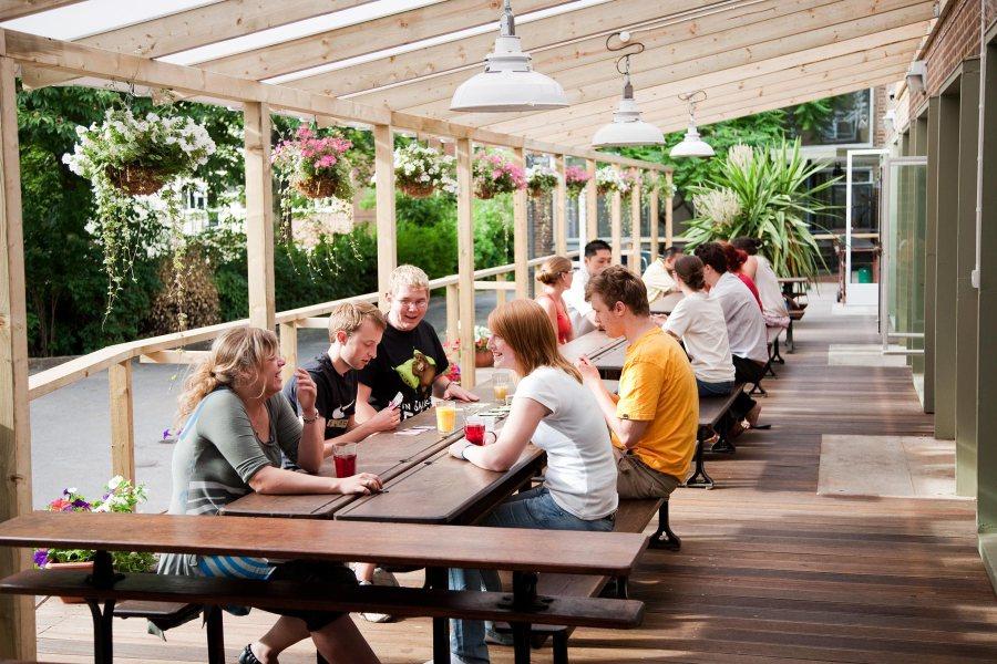 Palmers Lodge Hillspringin terassi © Palmers Lodge Hostels