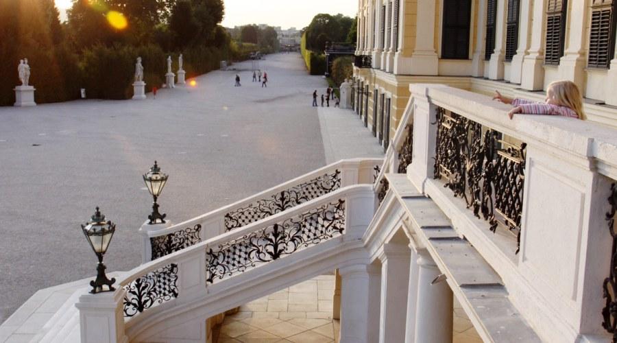 Schönbrunnin palatsin puistossa ei liikoja hienostella. Venytellä voi myös Wienin kuuluisinta nähtävyyttä vasten. Kuva: Elina Raittila