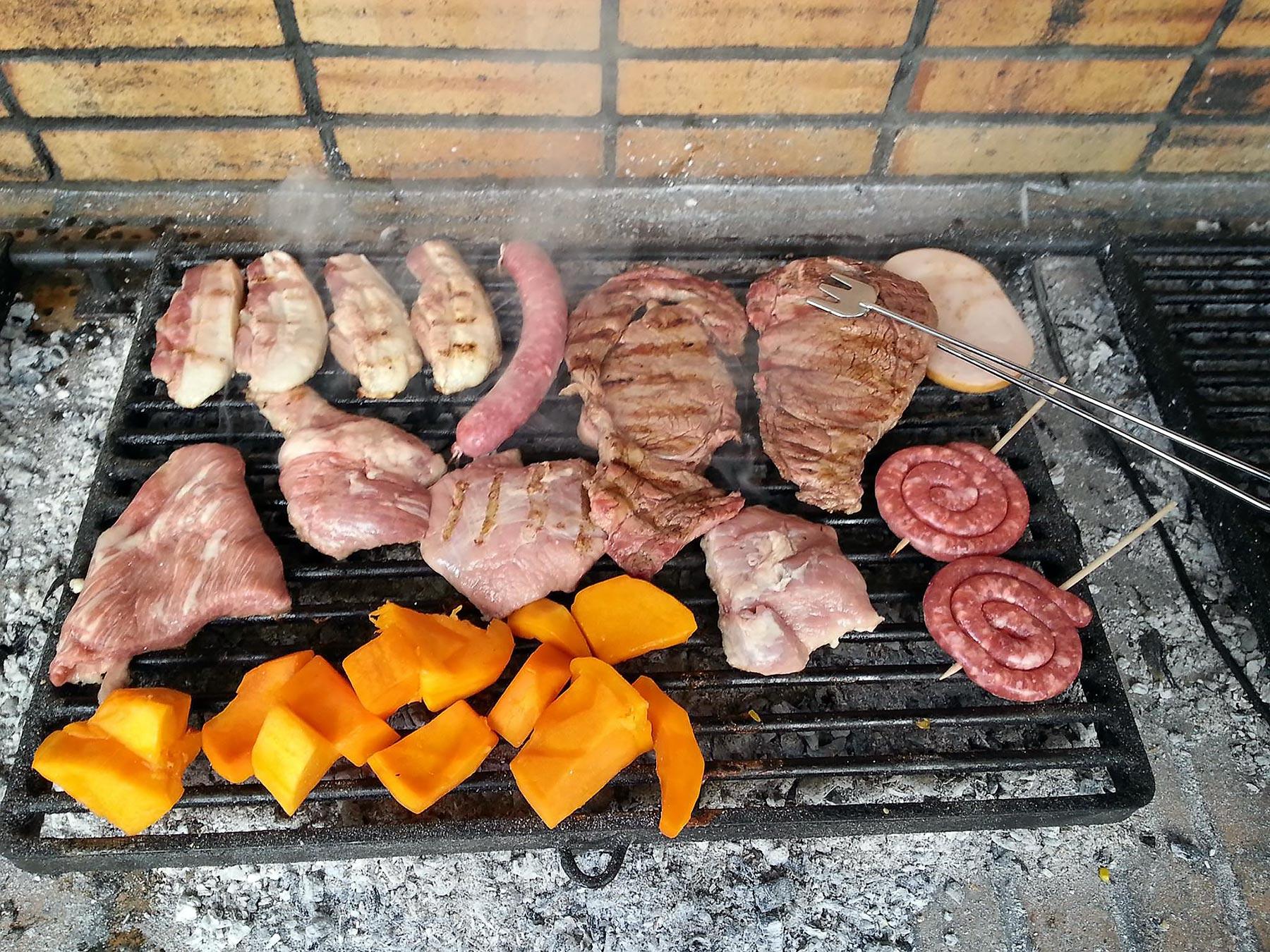 Calçot-menuun kuuluu grillattua lihaa, makkaroita ja vihanneksia. ©Anna Ruohonen