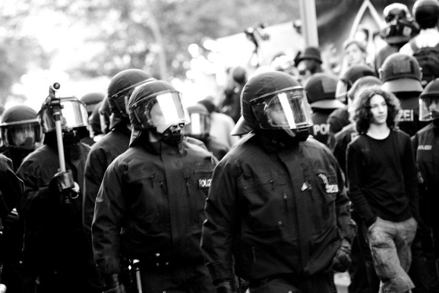 Vappupoliisit. © _dChris, Flickr, CC BY 2.0