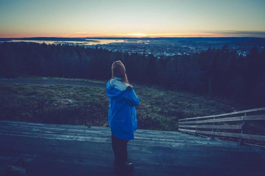 Auringonlasku Grefsenkollenin näköalatasanteella ravintolan edustalla. © Joakim Mangen / tripsteri.fi