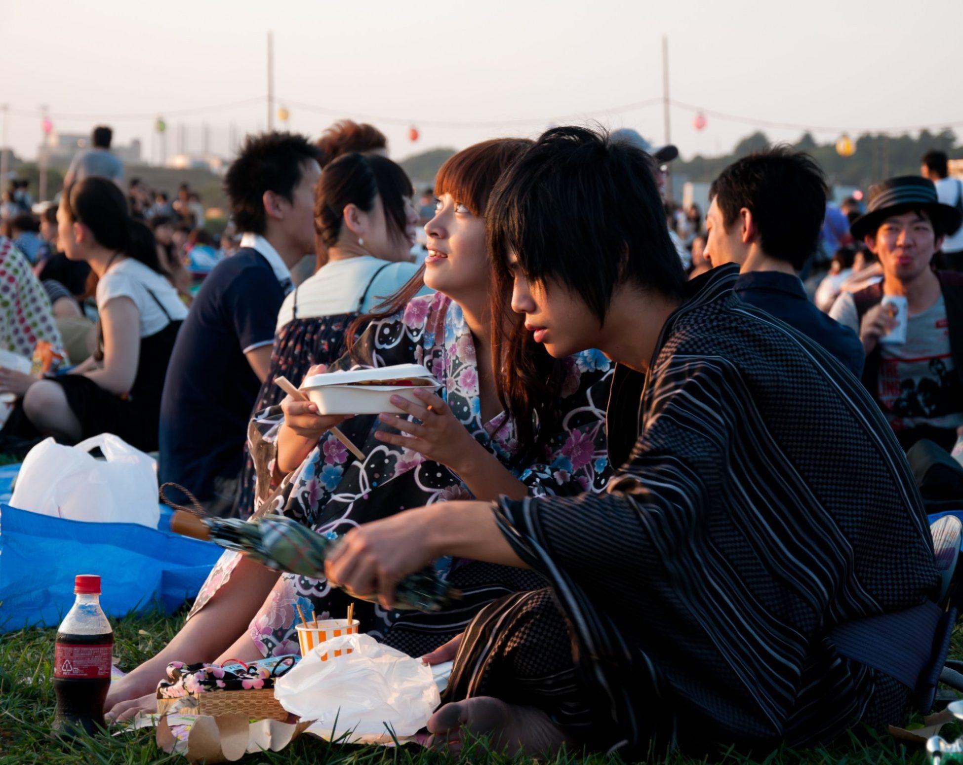 Pariskunta odottaa hanabia eli kesäisten ilotulitusten seuraamista. Kuva: RageZ, flickr.com, CC BY-SA 2.0.