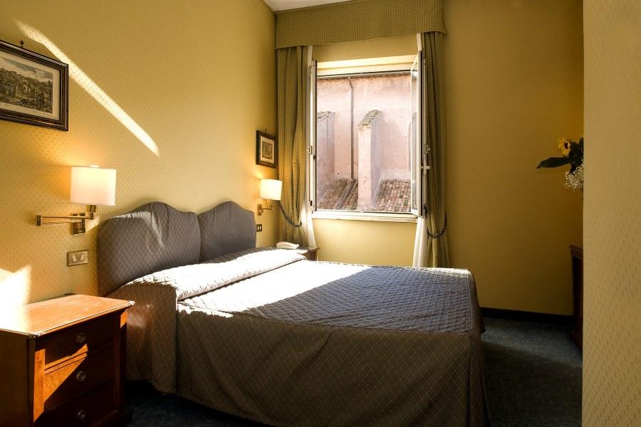 Valoisa kahden hengen huone © Domus Aventina