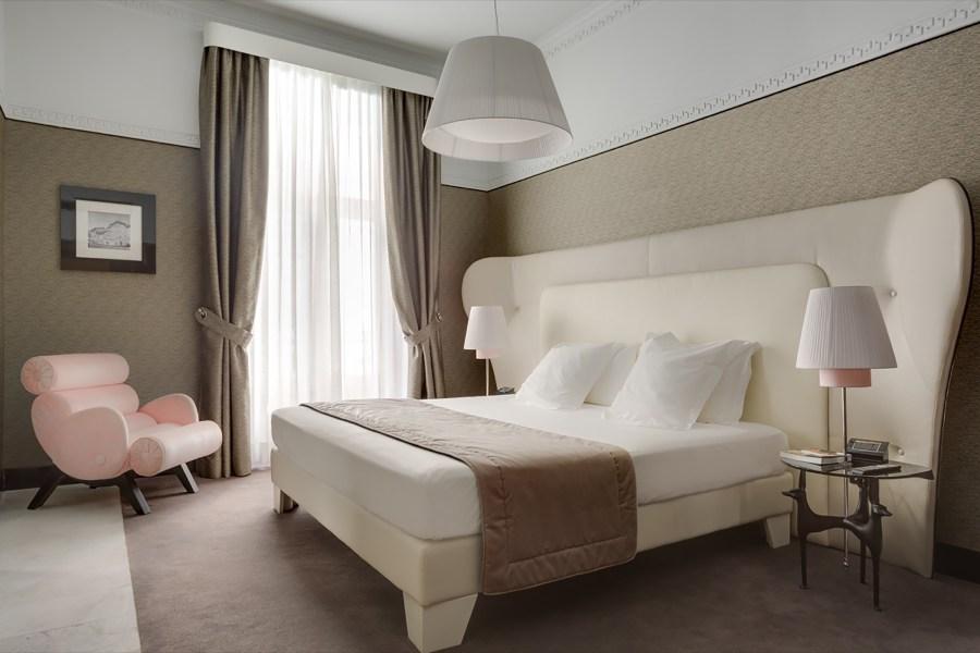 Kahden hengen pehmeäsävyinen huone © Grand Hotel Palace