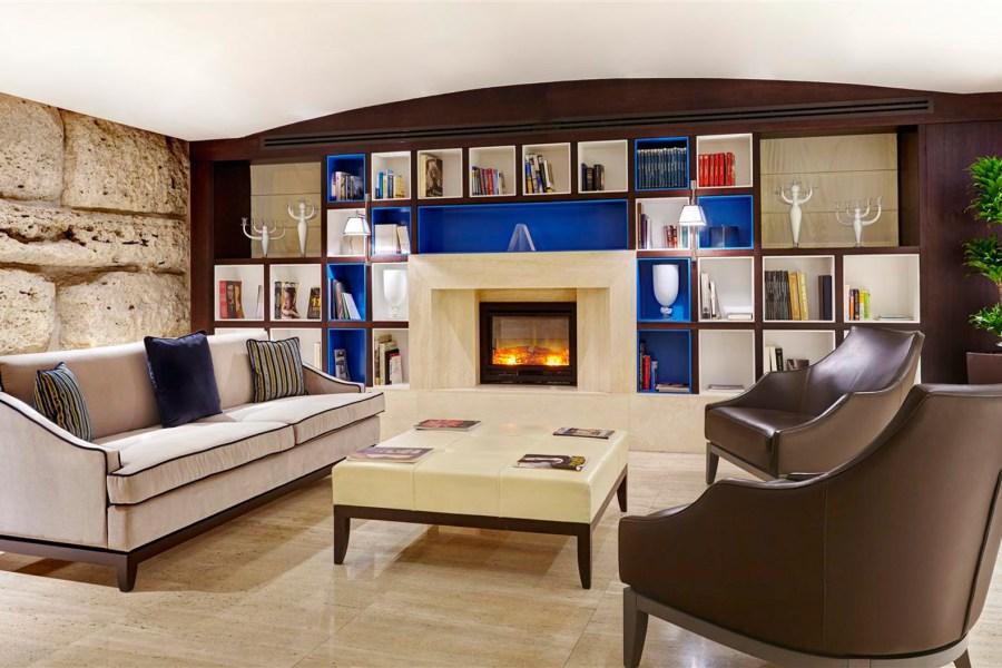 Kirjastossa loimuaa takka © Hotel Indigo