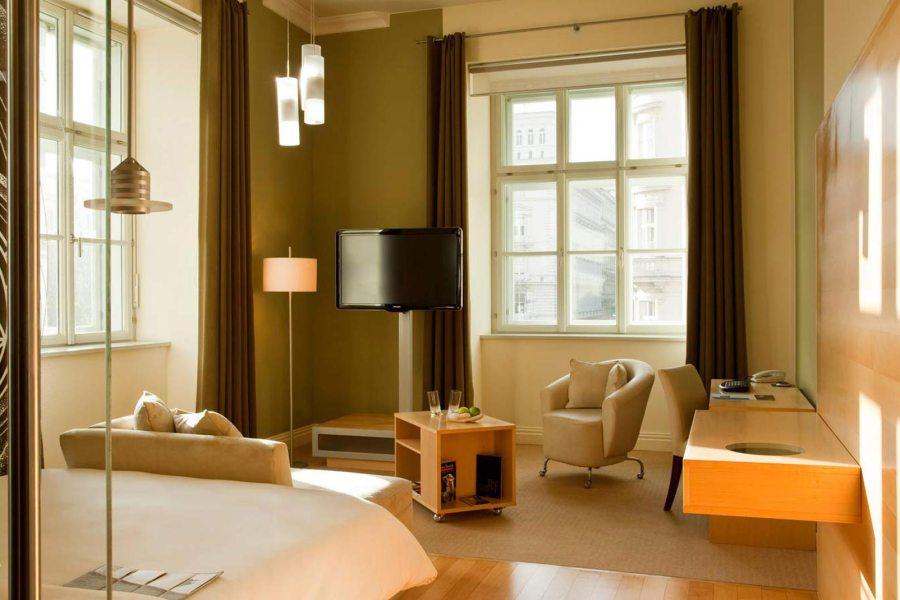 Le Meridien uudisti vastaanotto- ja ravintolatilojaan yli kahdella miljoonalla eurolla vuonna 2016. Huoneita hotellissa on hyvin eri tasoisia. Kuva: Le Meridien.