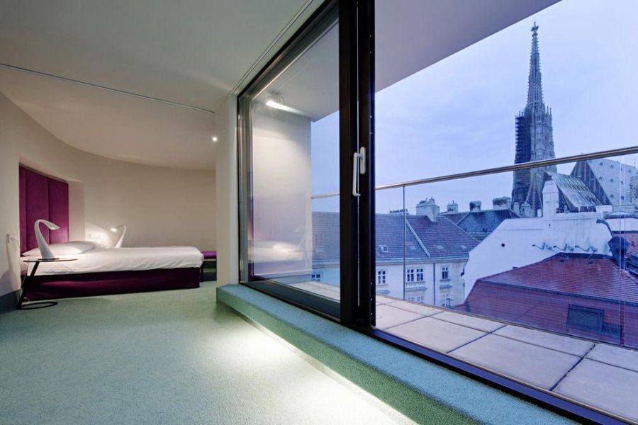 König von Ungarn -hotellin moderni kattohuoneisto on hyvin erilainen kuin hotellin perinteisimmät huoneet. Kuva: König von Ungarn.