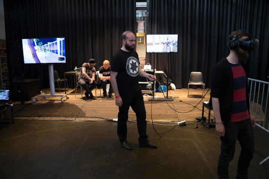 Virtuaalitodellisuuslasit päässä © Tuulia Kolehmainen