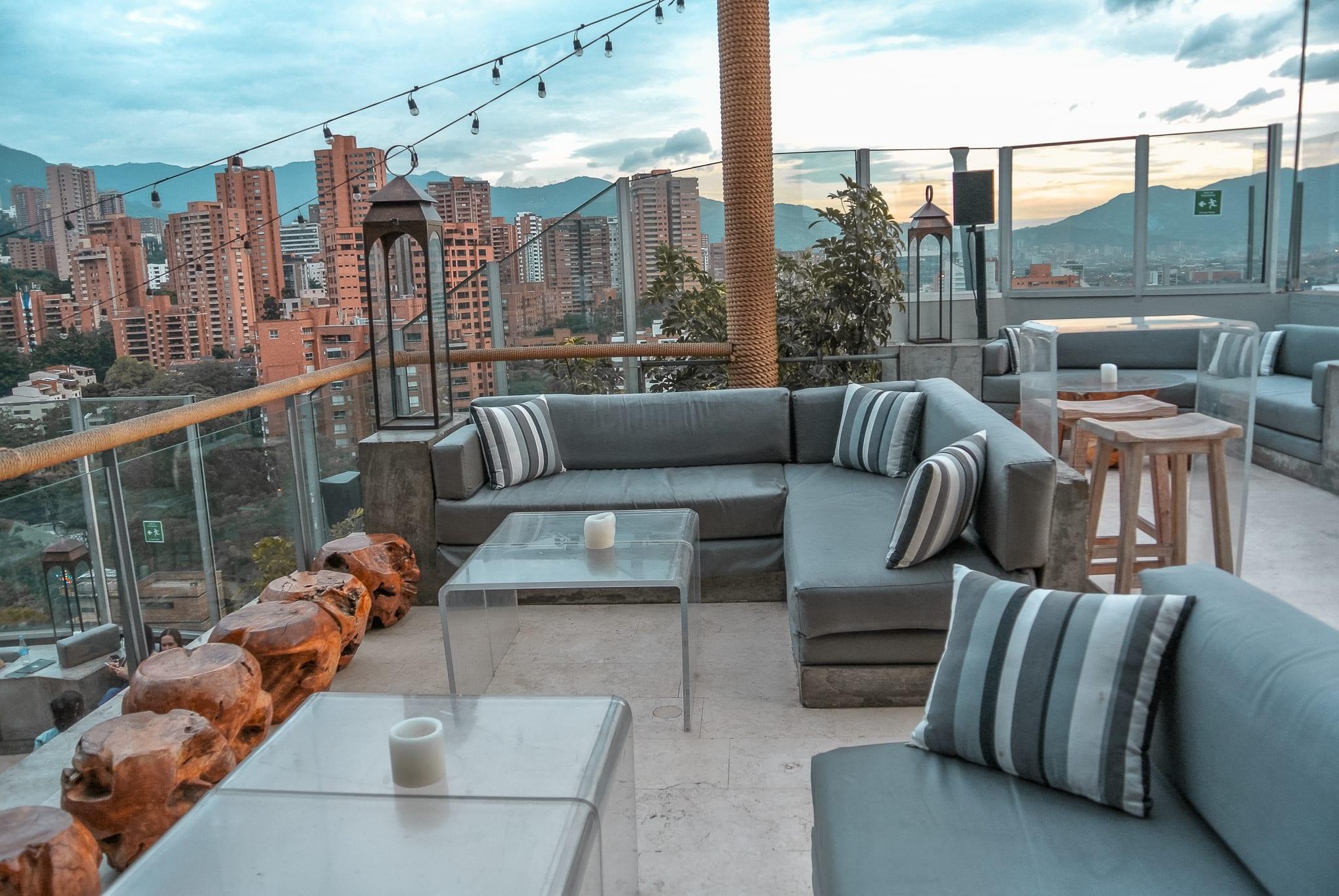 Le rooftop de Envy Roof Top donnant une vue sur Medellín en Colombie