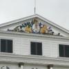 De houten beeltenis bovenop het presidentieel paleis in Suriname, met onder meer het wapen van Amsterdam en van de Geoctroyeerde Sociëteit van Suriname, wordt aangepast. Dat meldt de NOS. Volgens Armand Zunder, voorzitter van de commissie die zich bezighoudt met herstelbetalingen voor het slavernijverleden, wordt het paleis binnenkort gesierd met het wapen van Suriname.