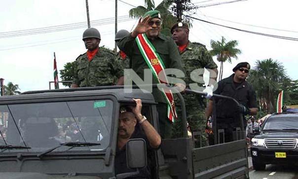 Opperbevelhebber Desi Bouterse inspecteert de troepen. (Foto: René Gompers)