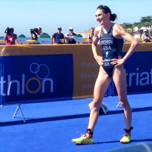 Gwen Jorgensen sorri após vencer o evento-teste olímpico em Copacabana