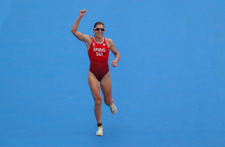 Nicola Spirig cruza e garante a medalha de prata
