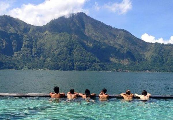 pemandian air panas alami yang terkenal di Bali