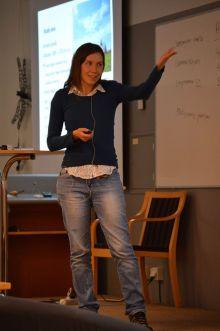 Ana Tratnik föreläser.